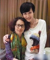 微博晒出与自己老师的合影,照片中叶一茜身穿大领休闲T恤,锁骨明...