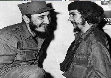 罗与约翰·保罗二世在一起.   卡斯特罗和弟弟劳尔·卡斯特罗在古巴...