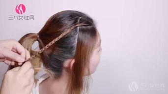 编织三根这样的辫子.   第七步:最后用发卡把这三条辫子固定在马尾...