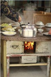 农庄自制的餐桌,实现了户外柴火大灶菜.自行设计,自行选材,自行...