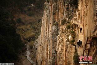 ...驾陡崖 距百米深渊仅一步之遥