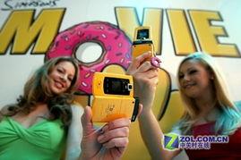 美女携黄色特别版三星手机亮相CES2007