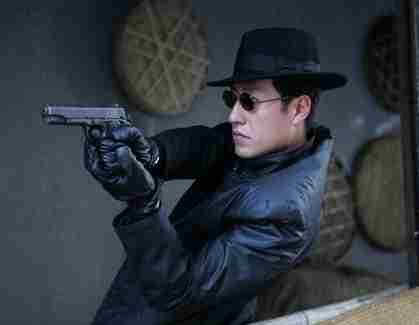 剧也奠定了于震硬汉的位置   于震电视剧中的角色都是红军,或者是正...
