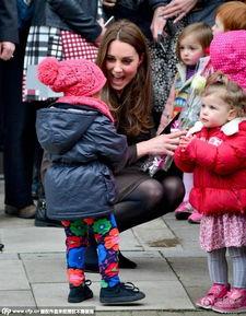 """...慈母""""的亲切,穿着高跟鞋直接蹲地与小朋友玩在一起,其中一名可..."""