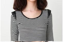 女性黑白条纹长袖上衣的搭配方法