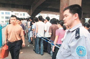 由于人多,天桥上拉起了隔离警戒线,治安协管员也在现场疏导行人....