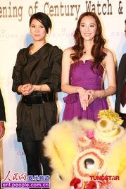 阿姐级的靓靓与台湾名模吴佩慈(blog)同台.记者现场所见,靓靓耍...