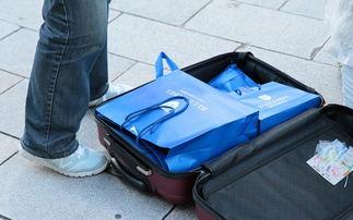 ...商圈购物,当街整理行李箱.-中国游客赴日本 扫货 随买随装当街理...