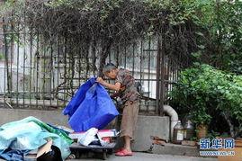李佳鸾老人在小区角落里整理废品(7月9日摄).-82岁 还债奶奶 收废...