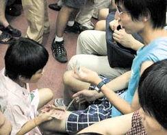 跪下 撅起来 自己扒开-地铁下跪-一拽二抱三跪 乞丐要钱有绝招