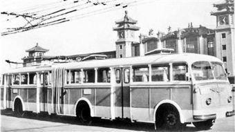 ...制配厂试制成功北京市第一辆铰接式无轨电车BK560型,并投入批量...