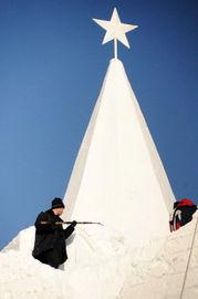雪的名字-12月8日,一名施工人员正在雕刻长126米、高27米的大型主体雪雕