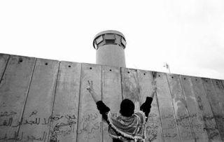 ...塌纪念日,国际和平主义者和巴勒斯坦人在隔离墙边举行抗议活动.-...