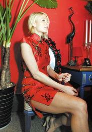 希尔顿的红色旗袍十分性感,几乎露出整个大腿.-希尔顿红旗袍惊艳...