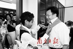 """""""小市长""""吕丹华为万庆良戴红领巾.                                   摄 -11名 小..."""