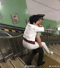 地铁帅哥伸出手脚护轮椅获赞 善良不需要更多理由