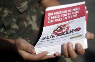 一名巴西军人手中的预防寨卡病毒传单-谷歌正与联合国合作 用数据分...