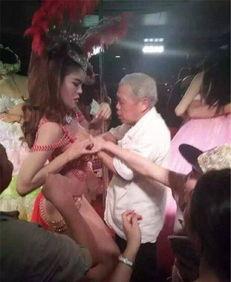 泰国人妖惨遭大爷扒胸狂吻 画面太美不敢看 疯狂撕衣猛吃巨乳