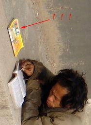 惊 实拍苦读情色小说的乞丐