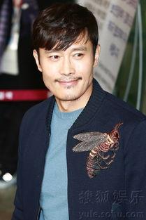 ...月23日中午,韩国人气男演员李秉宪通过金浦国际机场前往日本大阪...