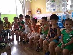 喝了好多水,坐在这里休息一下-灵昆爱绿 中心 幼儿园
