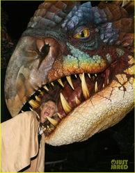 海蒂 克拉姆恐龙乐园再玩骇人 将头伸入恐龙口玩惊悚