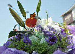 ...亲情包装进支支绽放的鲜花中,各式鲜花同来店购买的人群呼应,描...