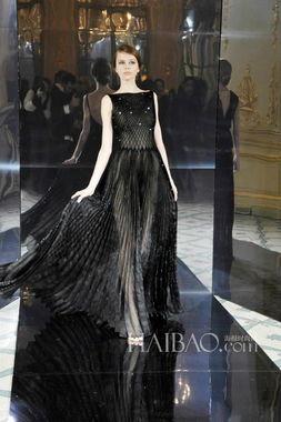 ...茨比中那些奢华重回现实.亮片的点缀与褶皱感的裙摆是最为突出的...