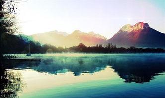 仙子立在那里,伫望着这如画的一景.朦胧的远山,笼罩着一层轻纱,...