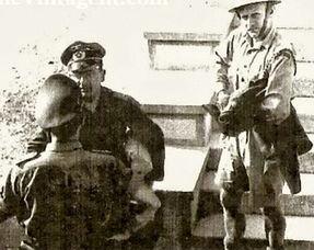 被俘第二天的杰克(最右),照片由俘虏他的德国军官 Wilhelm Herz(...