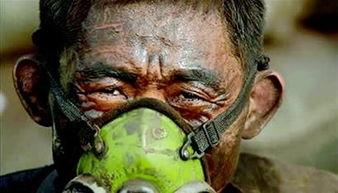 兵已在颈 逼上仙路-35 岁的巴东农民刘启勇正在为他自己的身体