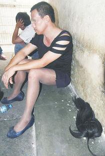 奇葩小偷穿丝袜连衣裙专偷女生宿舍 作案后自拍留念