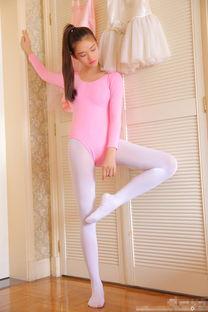 粉色舞蹈服配白丝袜.-动感少女来袭 粉红林允穿舞蹈服卖萌