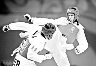 现代跆拳道的传奇史蒂文·洛佩斯(右)比赛中-美国跆拳道传奇家族...