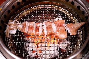 烈旭清河肉部分-烤到边缘焦焦的颜色就可以夹起来了,因为边缘焦焦的,有点像是烤鱿...