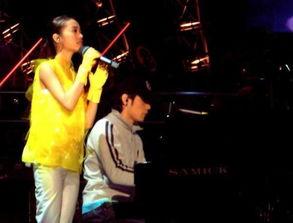 哪里有周杰伦弹钢琴蔡依林唱歌的图片