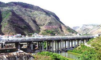 界处,一桥横跨两地,虎跳河从桥下流过,这便是正在建设中的普安...