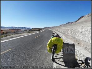 红尘路途-出门就上坡   直走是盘旋而上的柏油路   右边土路是上升的近路   一不小...