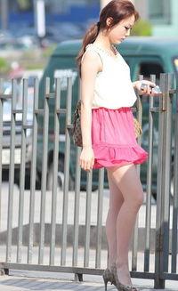 ...深深的被她的气质所吸引!-街拍粉红色超短裙露出白嫩美腿的少妇