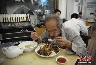 ...史在董家渡一家快餐店吃晚餐,今晚他点了一盘鳝丝盖浇饭和一碗...