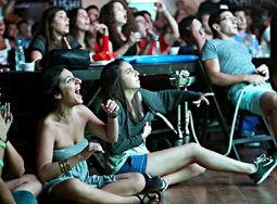 酒吧中的女孩子席地而坐,为喜爱的球队呐喊-世界杯长腿瞬间 靓女云...