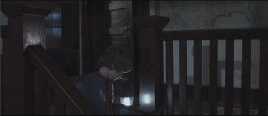 鬼凿墙-Dalton在楼梯上自己玩耍时,仓库的门自动打开.   Dalton走进仓库,...