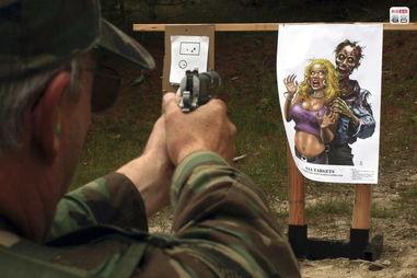 冰恋美尸图-图为2013年6月23日,美国华盛顿州,一名生存训练营的男子正在对僵...