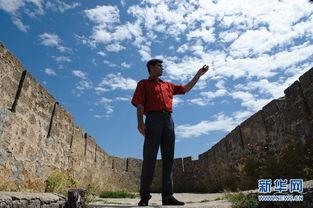 ...城博物馆馆长古拉姆在古堡瞭望台向记者 (6月22日摄).  杰尔宾特...