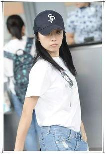 董洁穿白T恤搭牛仔裤素颜现身 少女感十足