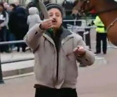 ...舞双刀欲自杀(视频截图)-英一男子白金汉宫前挥舞双刀欲自杀被警...