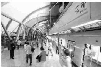 傍晚,轻轨花桥站到站后,上班族们走出车厢-上海人工作在昆山