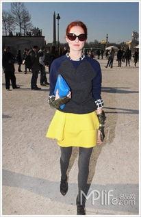 婷婷桃色网-...nciaga亮黄色短裙和天蓝色手包-信封包持续惹火 明星都做 邮递员