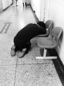 听到女儿的死讯,男子跪在抢救室外冰凉的地面上,失声痛哭-14岁女...