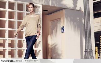 火辣辣的漂亮美女图片素材 走在街头咖啡房子前面的时尚女模